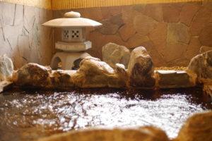 泡だつ銭湯の岩風呂