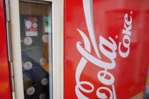 瓶のコーラが売ってる自販機