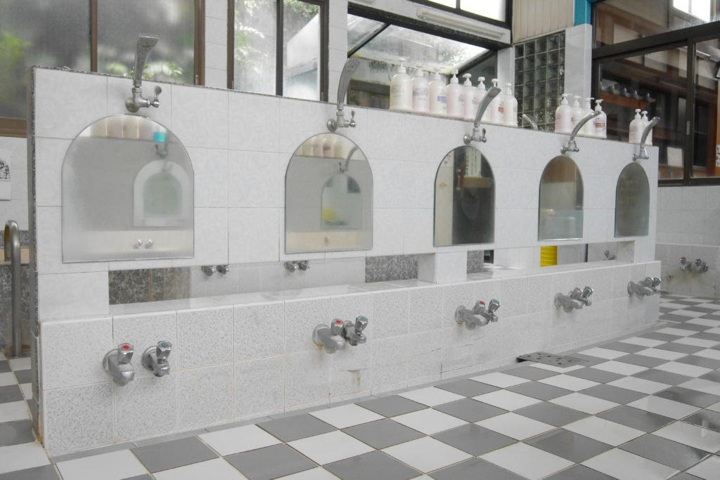 銭湯の洗い場の鏡