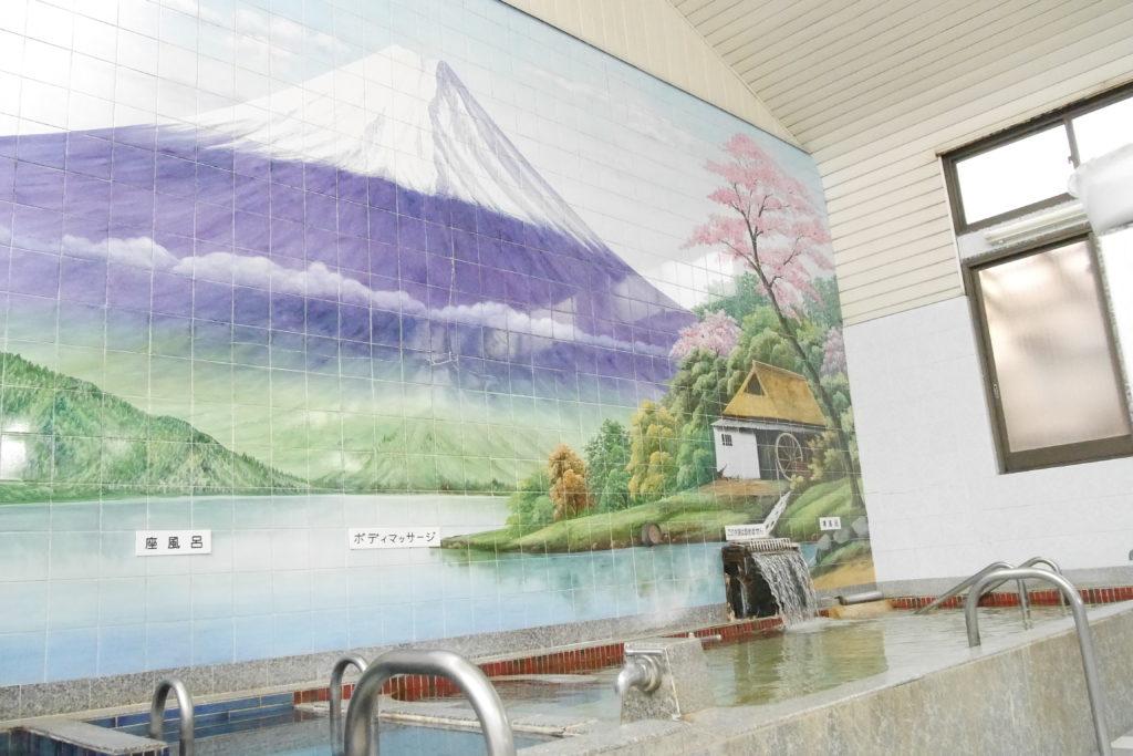銭湯の壁に描かれる富士山